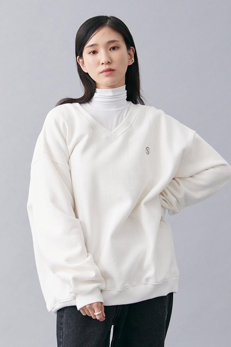 NOI180 v-neck overfit sweatshirt (white)